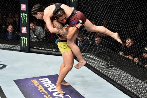 Jessica Bate-Estaca aplicou diversas quedas e derrotou Tecia Torres na decisão unânime (Foto: Getty Images)