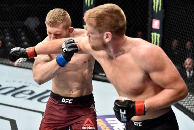Sam Alvey conectou dois golpes fortes em sequência e nocauteou seu oponente no primeiro round (Foto: Getty Images)
